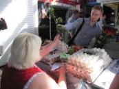 Директор департаменту адміністративних послуг особисто дарував базарникам Вінниці квіти