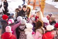 Біля Резиденції Діда Мороза дітвора влаштувала флеш-моб маленьких Снігурок