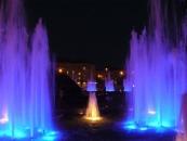 Біля універмагу засяяли фонтани