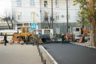 На Театральній заасфальтували тротуар, а на провулку Верещагіна постелили чистовий шар асфальту