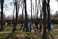 Майже тисячу кубів листя та сміття вже зібрано за час проведення осінніх суботників. Наступний - 8 та 9 листопада