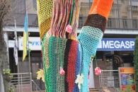 Майвін з`ясував чому у центрі Вінниці дерево та лавку обв'язали шарфами - стартував конкурс «Вмію в'язати – хочу показати»