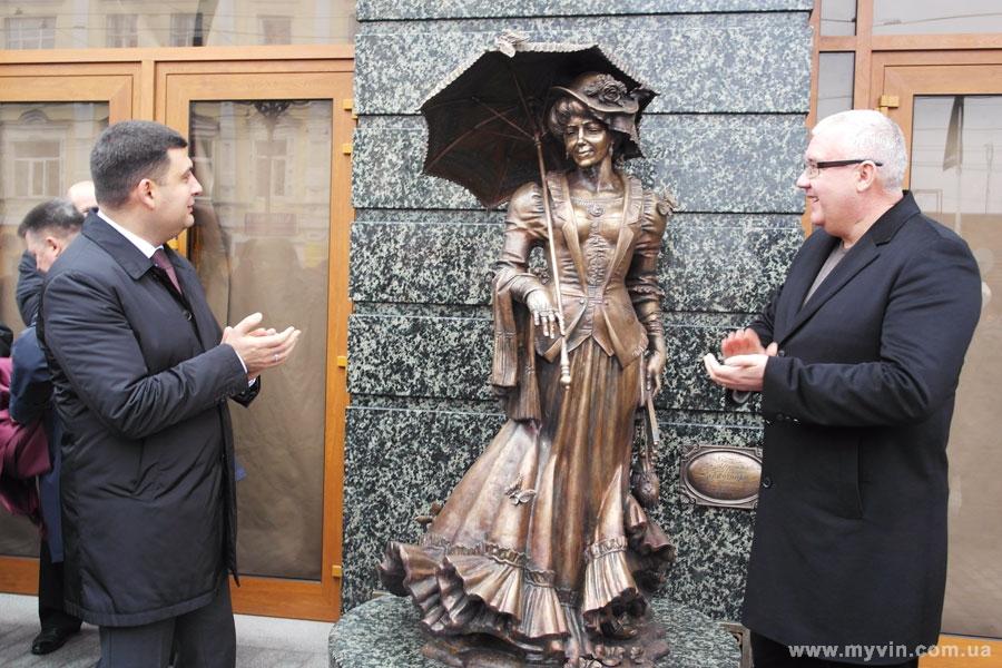 Відбулось урочисте відкриття оновленого фасаду готелю «Франція» та скульптури його колишньої власниці
