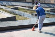 Півсотні молодих вінничан вийшли на суботник до Меморіалу Слави