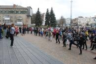 Сьогодні зранку півтисячі вінничан робили зарядку біля міської ради