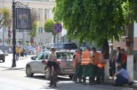 Розлючені дорожники вже дві години не можуть доасфальтувати вулицю Артинова через припарковане авто
