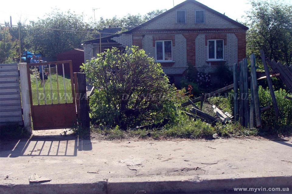 У Погребищі Мерседес влетів в житловий будинок
