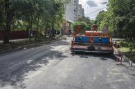 Вулицю Петра Запорожця тепер не впізнати: є довгоочікуваний асфальт і облаштовують тротуари