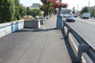 У Вінниці комунальники асфальтують тротуари Центрального мосту