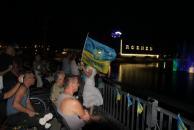 """Поранених в АТО бійців з оплесками та вигуками """"Герої!"""" вітали на фонтані """"Рошен"""""""