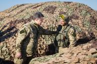 Порошенко з Гройсманом полізли в окопи в 32 км від Донецька