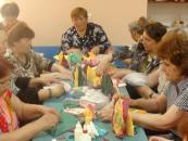 Вінницькі пенсіонери навчались святковому декору столу паперовими серветками