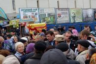 Юрій Луценко купував продукти та спілкувався з подолянами на Центральному ринку у Вінниці