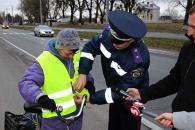 Поліцейські Вінниці разом із байкерами роздавали пішоходам та велосипедистам світловідбиваючі флікери