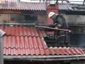 На вул. Черняхівського 27 рятувальників гасили пожежу у двоповерховому будинку
