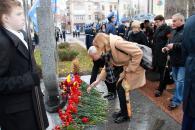 Фоторепортаж з покладання квітів з нагоди Дня гідності і свободи