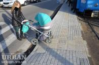 У Вінниці зупинки громадського транспорту почали облаштовувати тактильною плиткою для людей з вадами зору