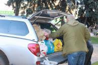 З Вінниці на Луганщину поїхали харчі та смаколики військовим до свят та засіб проти мишей «Електрокіт»