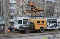 В мережі з'явилось відео, як вчора чоловік кинувся під трамвай на Вишеньці. Горе-самогубця залишився живий