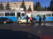 """Поблизу """"Пироговки"""" пасажири трамваю перенесли припарковане на колії авто"""