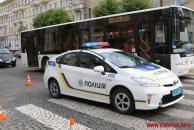 На вул. Соборній авто патрульних поліцейських збило пішохода