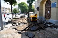 По Соборній біля торговельно-економічного інституту вимощують новий тротуар