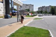 """На вул.Зодчих влаштували """"кишеню"""" для зупинки маршруток та встановили павільйони для очікування транспорту"""