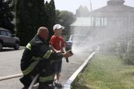 """Вихованці ДНЗ№52 вперше побували в гостях у пожежників: раділи сирені та робили потужний """"фонтан"""" із брандспойту"""