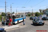 """На центральному мосту вчора не розминулись тролейбус та поліцейський """"ВАЗ"""""""