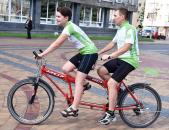 Вінницю відвідали велосипедисти, які мають проблеми із зором та їздять на тандемах