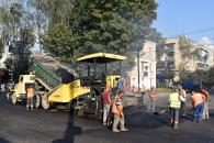На 2-му провулку Хмельницького шосе обладнали спеціальний тротуар для незрячих - із тактильною плиткою та турнікетами