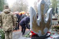 Фоторепортаж з покладання квітів з нагоди Дня захисника України
