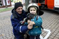 """В центрі міста вінницькі дітки шукали """"вибухівку"""" та приміряли спорядження пожежників та водолазів"""