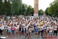 Близько сотні вінничан у центрі міста взяли участь в яскравому святі кольорових фарб