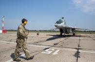 Президент Петро Порошенко до Вінниці прилетів на бойовому винищувачі Міг-29