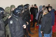 """Поліцейські разом з нацгвардійцями заспокоювали """"протестувальників"""", які почали """"бунт"""" у залі суду"""