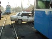 Чітке попадання. Сьогодні вранці на вулиці Келецькій трамвай наїхав на Ладу