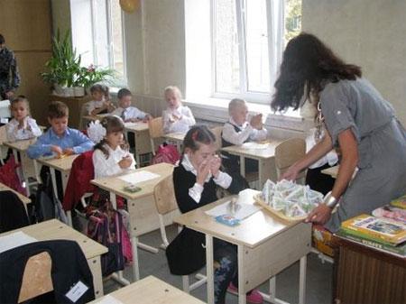 харьковские школьники пьют винницкое молоко