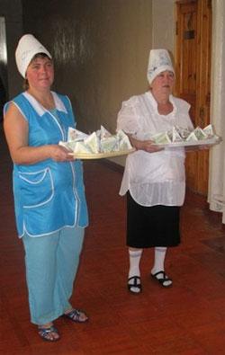 Каждый день после первого урока сотрудники столовой приносят в класс упаковочки с молоком