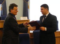 Вінницький міський голова Володимир Гройсман підписав Меморандум про співпрацю на 2010 рік між Вінницькою міською радою та Міжнародним фондом «Відродження»