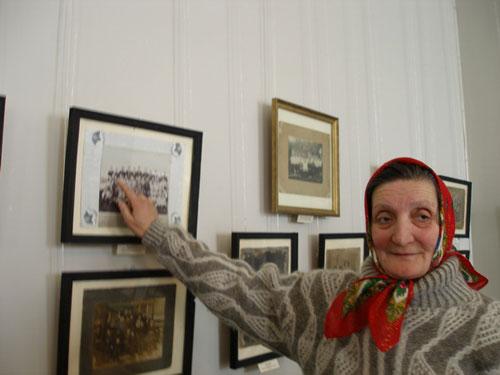 0-ти річна Надія Василівна Рибак розповідає про фото церковного хору, на якому зображено її бабусю