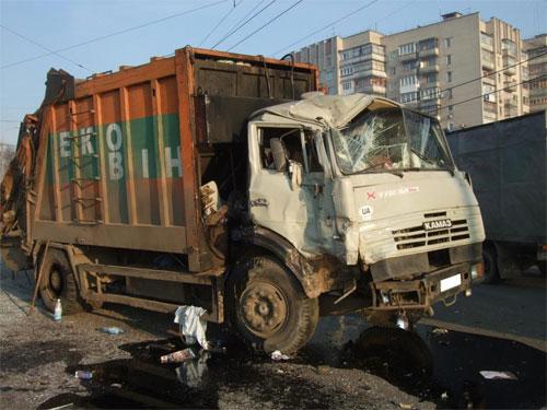 зіткнення пасажирського автобусу ПАЗ зі сміттєвозом КамАЗ