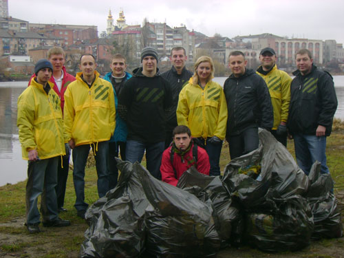 До Великодня активісти Вінницького осередку «Фронт Змін» організували прибирання берегів Південного Бугу