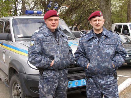 працівники міліції, які затримали хулігана: капітан міліції Олег Старжинський та сержант міліції Олександр Кирик