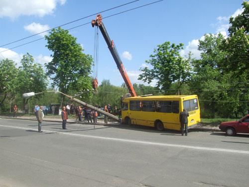 Маршрутка знесла тролейбусну опору