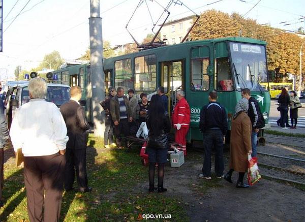 Сьогодні вранці у Вінниці дівчина потрапила під трамвай