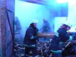 У Вінниці рятувальники запобігли розповсюдженню вогню у гаражному кооперативі