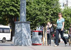 Цьогоріч плити, якими вимощено вхід у центральний парк з боку площі Стуса, замінить тротуарна плитка