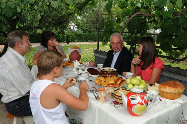 Микола Азаров відвідав сім'ю сільських пенсіонерів Вінниччини