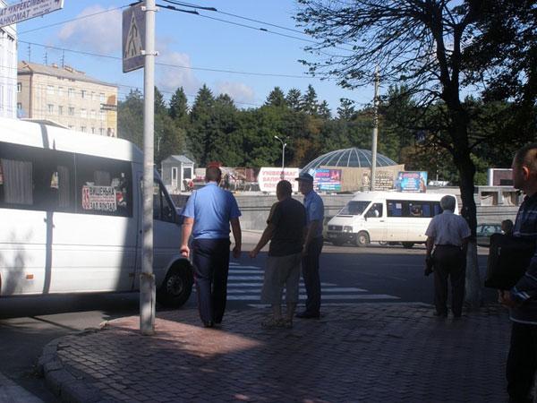 """В 9:25 на номер  """"103 """" поступил вызов о том, что на пешеходном переходе маршрутное такси сбило девушку."""